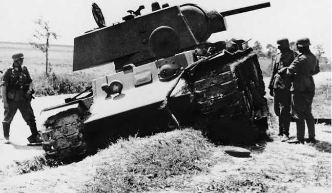 Танк КВ-1 из состава 10-й танковой дивизии 15-го мехкорпуса, подбитый у города Радехов Львовской области. Июнь 1941 года (РГАКФД).