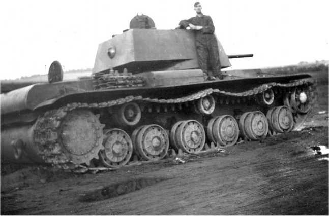 Оставленный из-за поломки танк КВ-1 с пушкой Л-11. Лето 1941 года. Обратите внимание, что на надгусеничной полке лежат запасные гусеничные траки (АСКМ).