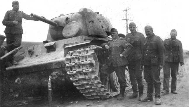 Немецкие солдаты у танка КВ-1 из состава 8-й танковой дивизии 4-го мехкорпуса, оставленного на шоссе Яворов — Львов. Июль 1941 года (АСКМ).