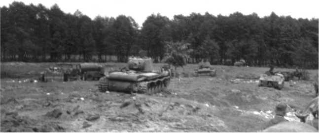 Танки 10-й танковой дивизии 15-го мехкорпуса, оставленные при отходе между населенными пунктами Сасов и Колтов Золоческого района Львовской области. Июль 1941 года. Видны два КВ-1 с пушкой Ф-32, а также Т-40 и БТ-7 (на заднем плане у леса) (АСКМ).