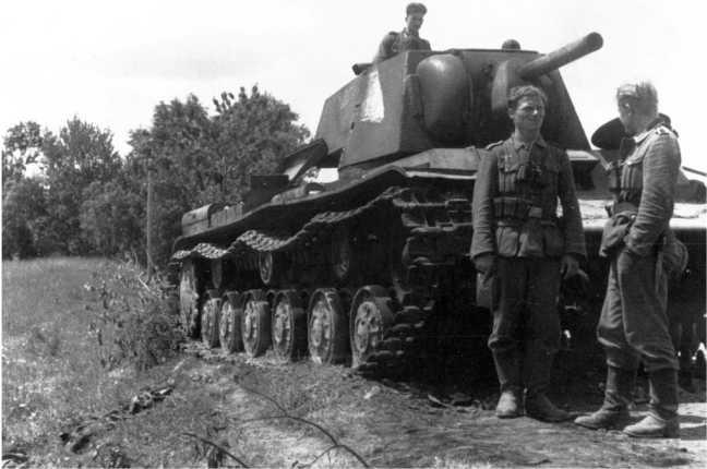 Танк КВ-1 из состава 67-го танкового полка 34-й танковой дивизии 8-го мехкорпуса, подбитый зенитчиками зенитного полка