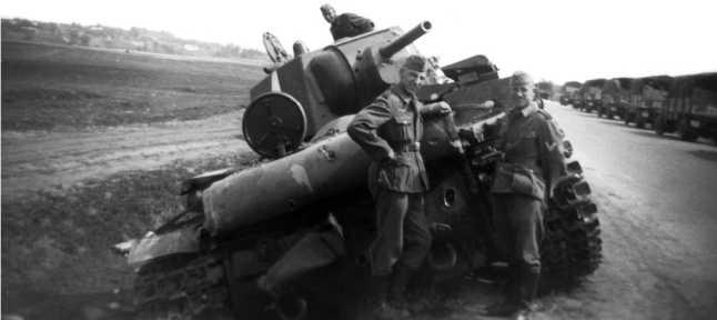 Подбитый на шоссе между населенными пунктами Верба и Птиче (юго-западнее Дубно) КВ-1 67-го танкового полка 34-й танковой дивизии. Июль 1941 года (СЛ).