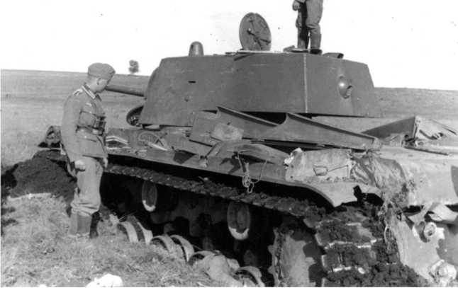 Этот танк КВ-1 с пушкой Л-11 (выпуска сентября — декабря 1940 года) застрял на заболоченном лугу, и был оставлен экипажем. Лето 1941 года (АСКМ).