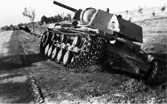 Тот же подбитый КВ-1, что и на предыдущей странице (вверху). Хорошо видны следы многочисленных снарядных попаданий на броне машины. Июль 1941 года (АСКМ).