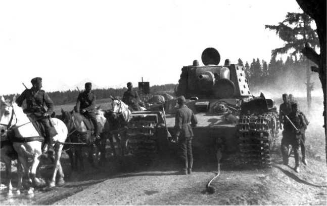Экранированный танк КВ-1 из состава батальона тяжелых танков 21-го мехкорпуса, оставленный из-за отсутствия топлива у населенного пункта Букмуйже 2 июля 1941 года. Согласно актов на списание, это танк с заводским №4793 выпуска июня 1941 года (АСКМ).