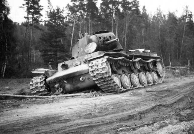 Подбитый под Дагдой танк КВ-1 из батальона ВАММ, на фото хорошо видны много численные снарядные попадания в танк (АСКМ).