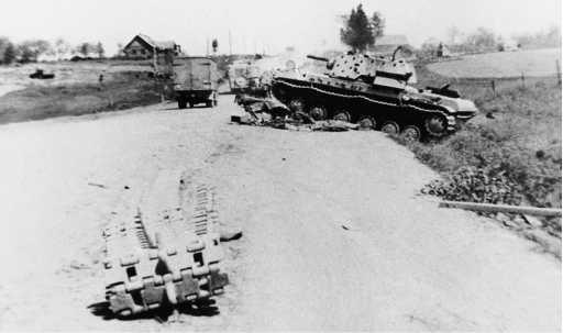 Один из танков КВ-1 (экранированный) из состава 6-го танкового полка 1-й танковой дивизии, подбитый в бою у села Карпово на шоссе Остров — Псков 5 июля 1941 года (АСКМ).