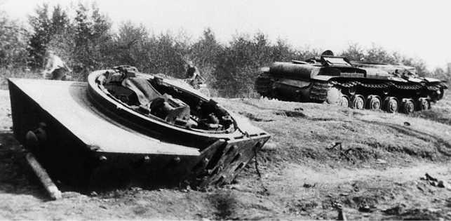 Танк КВ-1 (экранированный), переданный 25-му танковому полку 163-й моторизованной дивизии, и уничтоженный огнем 88-мм зениток у населенного пункта Гавры 4 июля 1941 года (АСКМ).