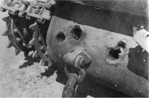 Пробоины от 88-мм бронебойных снарядов в кормовой части второго КВ-1, подбитого под Гаврами 4 июля 1941 года (ГК).