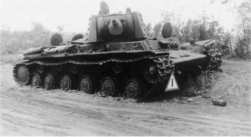Экранированный танк КВ-1 из состава 42-й танковой дивизии 21 — го мехкорпуса, оставленный из-за поломки. Северо-Западный фронт, август 1941 года (АСКМ).