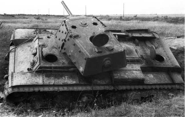 Подбитый в ходе боя экранированный танк КВ-1. Северо-Западный фронт, август 1941 года. Предположительно машина из состава 87-го отдельного танкового батальона. На фото хорошо видно, что зазор между экраном и башней в задней части закрыт металлической полосой (АСКМ).