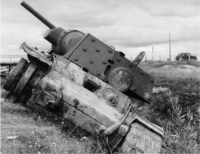 Тот же танк, что и на предыдущем фото. Здесь видно, что машина в ходе боя потеряла гусеницу (АСКМ).