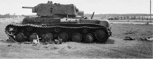 Подбитый экранированный танк КВ-1. Северный фронт, август 1941 года. Рядом с машиной виден крест, установленный немцами на могиле членов экипажа (АСКМ).