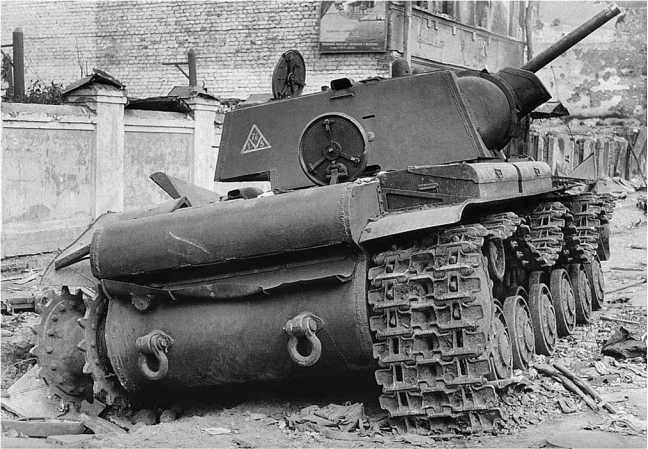 Танк КВ-1 выпуска августа-сентября 1941 года с упрощенной 90-мм башней. Машина из состава 124-й танковой бригады, была потеряна в боях за Петергоф 8 октября 1941 года (АСКМ).