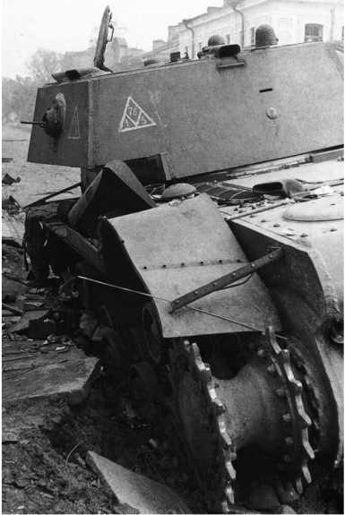 Тот же танк, вид с другого ракурса. На башне хорошо видно тактическое обозначение в виде белого треугольника с цифрами (АСКМ).