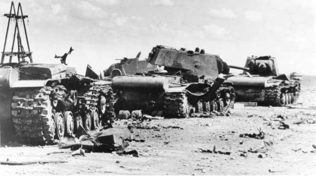 Танки КВ-1 из состава 124-й танковой бригады, потерянные на Петергофском шоссе в ходе боя 8 октября 1941 года (РГАКФД).