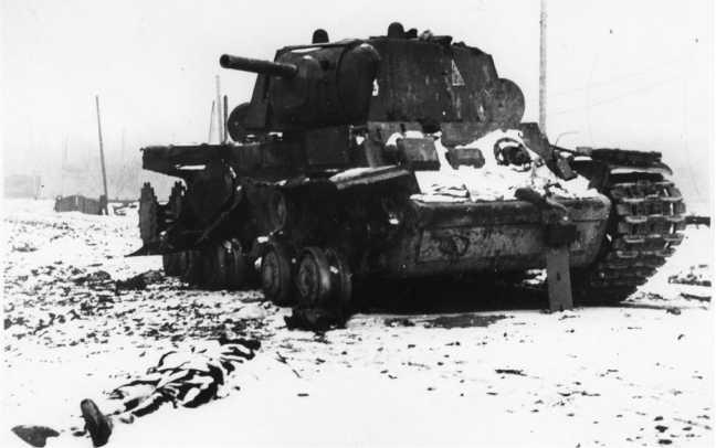 Еще один подбитый в ходе боя 8 октября 1941 года на Петергофском шоссе танк КВ-1 из 124-й бригады. Фото сделано спустя какое-то время после боев. Обратите внимание на броневую «заплатку» на лобовом листе корпуса слева — видимо машину предполагалось вооружить огнеметом, но сделать этого не смогли (РГАКФД).