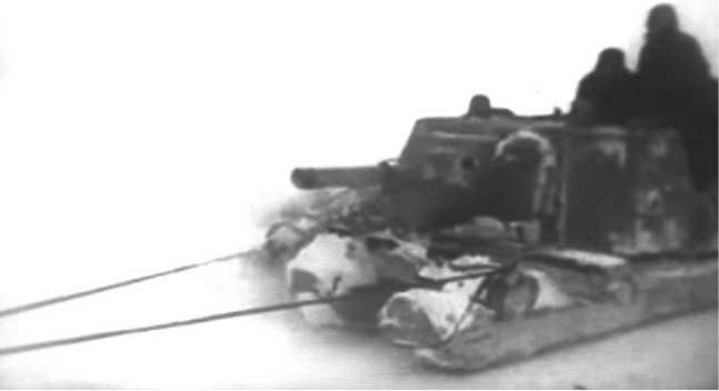 Перевозка снятой башни танка КВ-1 по льду Ладожского озера на специальных санях. 124-я танковая бригада, февраль 1942 года (кадр кинохроники).