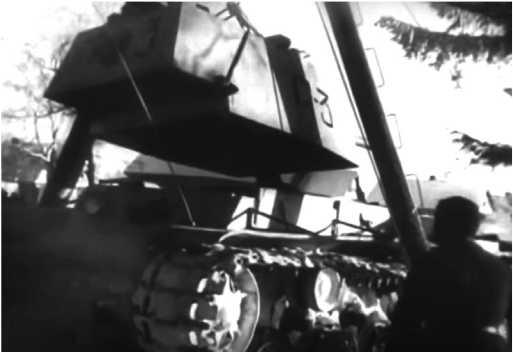 Установка башни на танк КВ-1 после переправы через Ладожское озеро. Кобона, 124-я танковая бригада, февраль 1942 года (кадр кинохроники).