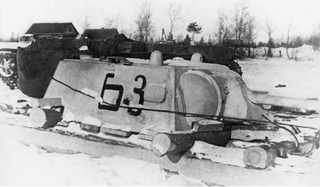 Сани со снятой башней танка КВ-1 перед переправой через Ладожское озеро. 124-я танковая бригада, февраль 1942г ода. На борту видно обозначение Б-3, а также броневая заплатка (ЦМВС).