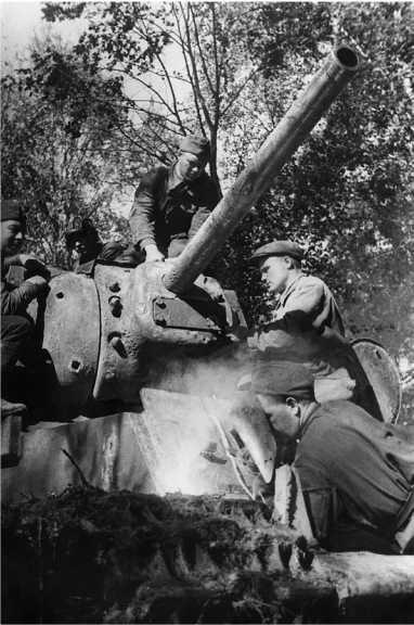 Ремонт танка КВ-1 в полевых условиях. Волховский фронт, август 1942 года. Обратите внимание на нестандартную броневую заглушку под пушкой и снарядные отметины (АСКМ).