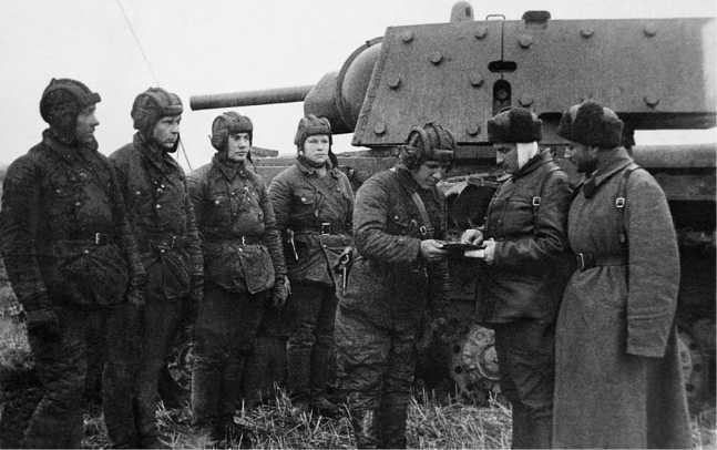 Экипаж экранированного танка КВ-1 уточняет боевую задачу. Ленинградский фронт, сентябрь 1942 года (АСКМ).