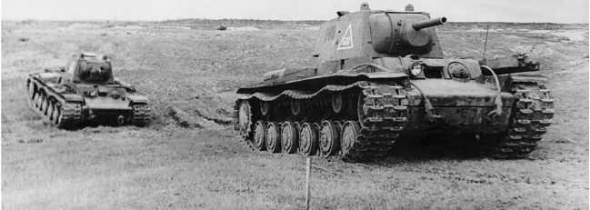 Танки КВ-1 меняют позицию. Ленинградский фронт, май 1942 года (АСКМ).