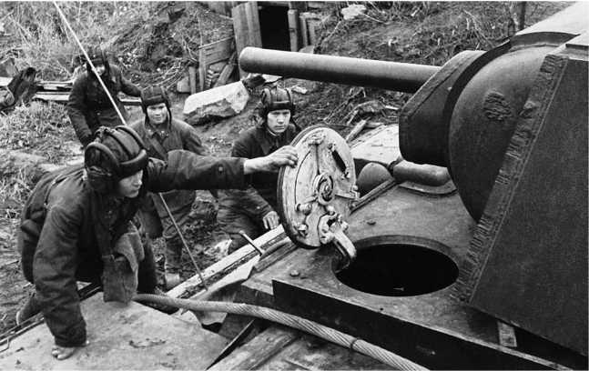 Экипаж танка КВ-1 по тревоге занимает места в танке. Ленинград, 1942 год (РГАКФД).