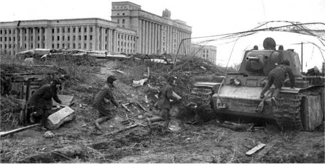 Тот же танк КВ-1, что и на предыдущем фото, снятый с другой стороны. Машина у Дома Советов (на заднем плане), строительство которого завершили в 1941 году. Сейчас это сквер Северная роща рядом с Московской площадью (РГАКФД СПБ).