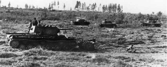 Танки КВ-1 из состава 260-го гвардейского танкового полка подполковника Л.П. Красноштана перед атакой. Ленинградский фронт, Карельский перешеек, июнь 1941 года. На переднем плане машина, оснащенная Катковым минным тралом (РГАКФД СПБ).