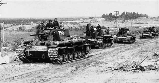 Колонна танков КВ-1 из состава 31 — го гвардейского тяжелого танкового полка на марше. Ленинградский фронт, Карельский перешеек, июнь 1944 года (РГАКФД).