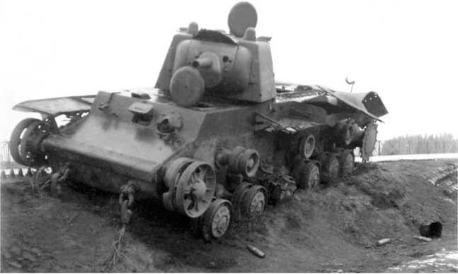 Танк КВ-1 выпуска июня 1941 года из состава 1-й Пролетарской моторизованной дивизии, подбитый на шоссе Минск — Москва восточнее Борисова. Июль 1941 года (АСКМ).