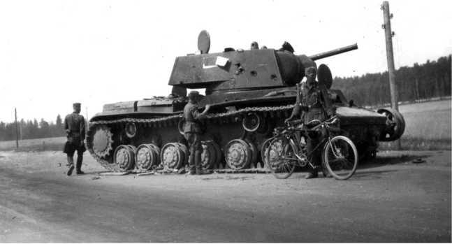 Тот же танк, что и на предыдущем фото. Хорошо видны следы нескольких снарядных попаданий на борту башни (АСКМ).