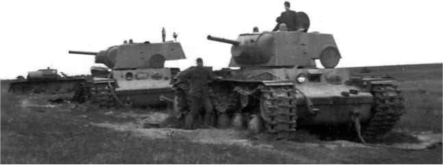 Два танка КВ-1 из состава батальона Харьковского бронетанкового училища, направленного в 14-ю танковую дивизию 7-го мехкорпуса. Машины были потеряны 6 июля 1941 года у шоссе Витебск — Бешенковичи недалеко от моста через р. Черногостица (АСКМ).