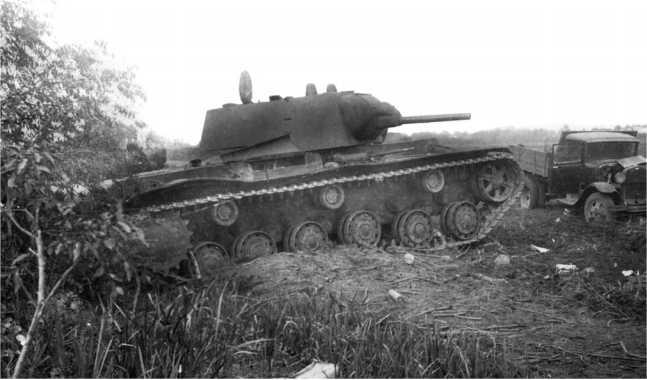 Танк КВ-1 с пушкой Л-11 из состава 6-го механизированного корпуса, оставленный из-за поломки или отсутствия горючего. Июль 1941 года (АСКМ).