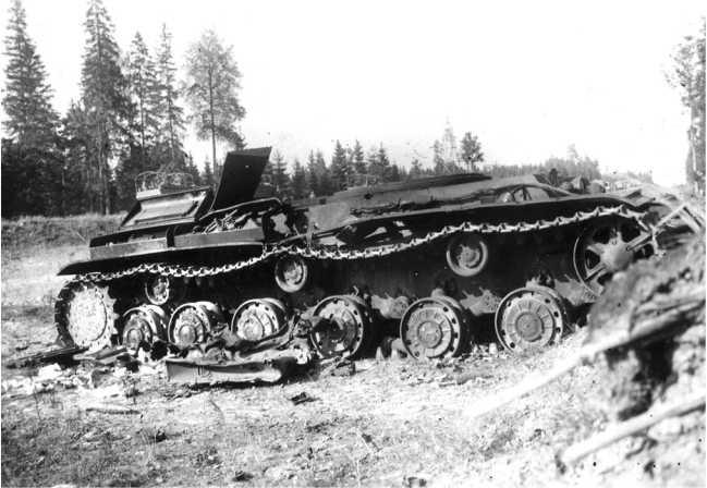 Уничтоженный внутренним взрывом танк КВ-1 выпуска июня 1941 года из состава 1 — й Пролетарской моторизованной дивизии. Машина была потеряна 3 июля 1941 года на шоссе Минск — Москва в районе населенного пункта Лошница (АСКМ).