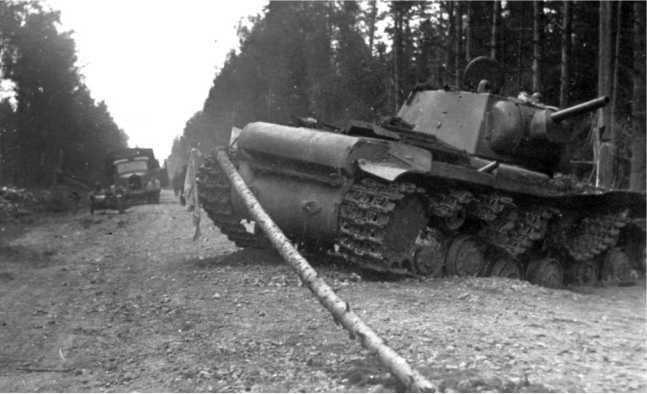 Подбитый на дороге танк КВ-1. Июль 1941 года. Вероятно, машина из состава батальона Ульяновского бронетанкового училища, приданного 17-й танковой дивизии 5-го механизированного корпуса (АСКМ).