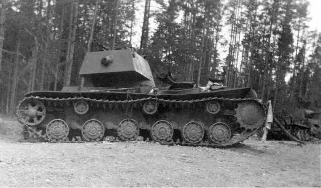 Тот же танк, что и на предыдущем фото, вид с левого борта. Июль 1941 года. Машина была подбита юго-восточнее Сенно (АСКМ).