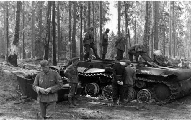 Уничтоженный внутренним взрывом у шоссе Минск — Москва танк КВ-1 из состава 1 — й Пролетарской моторизованной дивизии. Июль 1941 года. Этаже машина изображена на одной из предыдущих фотографий (АСКМ).