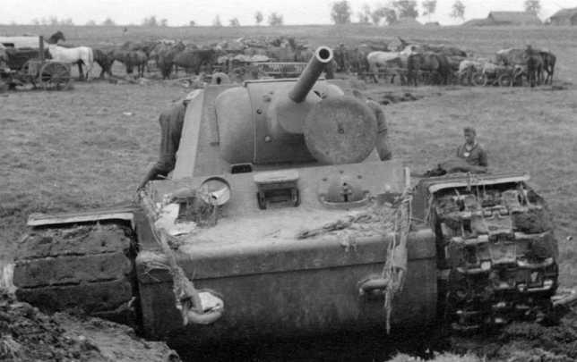 Этот танк КВ-1 выпуска июня 1941 года видимо застрял при преодолении подъема (судя по забитой землей правой гусенице) и был оставлен экипажем. Июль 1941 года (АСКМ).
