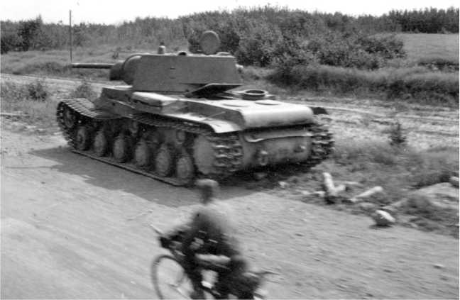 Танк КВ-1 выпуска июня 1941 года, подбитый в районе Ярцево. Июль 1941 года. Возможно, машина из состава 101-й танковой дивизии (АСКМ).