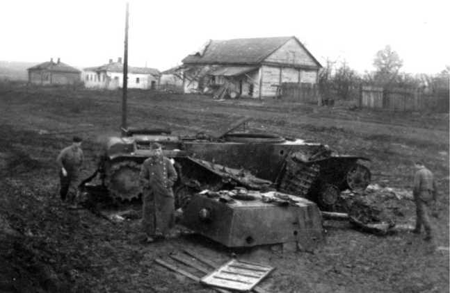 Танк КВ-1 Челябинского тракторного завода (выпуска августа 1941 года), уничтоженный на окраине Мценска 10 октября 1941 года. Машина из состава 11-й танковой бригады. Хорошо видно, что люк над моторным отделением — плоский (АСКМ).