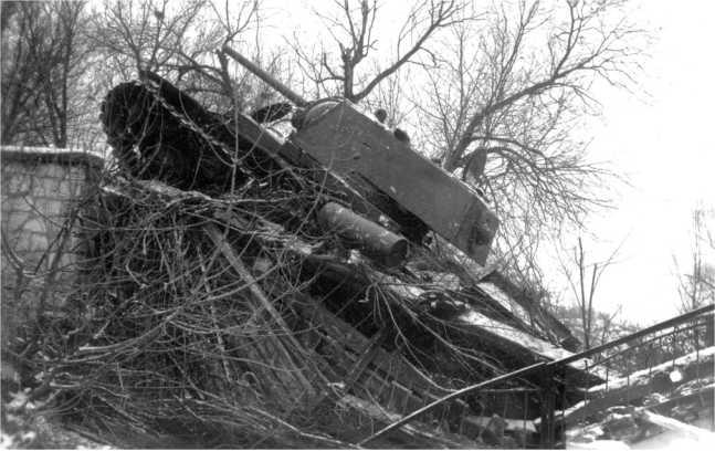 Этот КВ-1 выпуска ЧТЗ сентября-октября 1941 года застрял при преодолении взорванного моста. На кормовом листе башни видно дополнительное броневое кольцо защиты пулеметной установки (АСКМ).