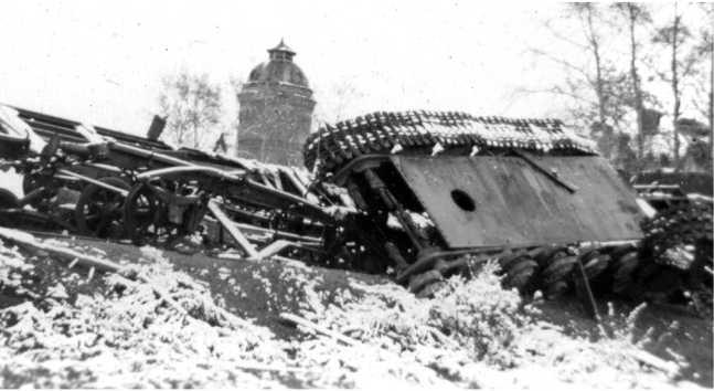 Разбомбленный немцами эшелон с танками, отправленными в ремонт. Предположительно район Ельни, октябрь 1941 года. На этом фото хорошо видно днище танка КВ-1 и аварийный люк (АСКМ).