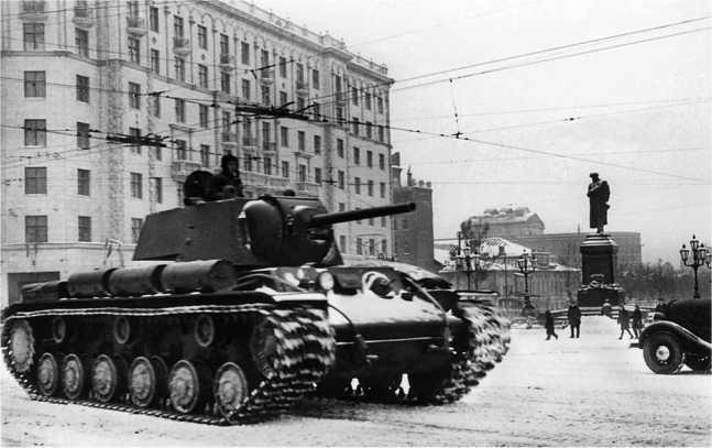 Танк КВ-1 выпуска ЧКЗ октября- ноября 1941 года проходит по Пушкинской площади в Москве. Ноябрь 1941 года (РГАКФД).