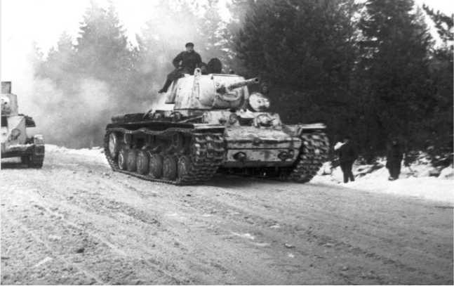 Танки КВ-1 и БТ-5 (слева за обрезом фото) выдвигаются к линии фронта. Западный фронт, январь 1942 года (АСКМ).