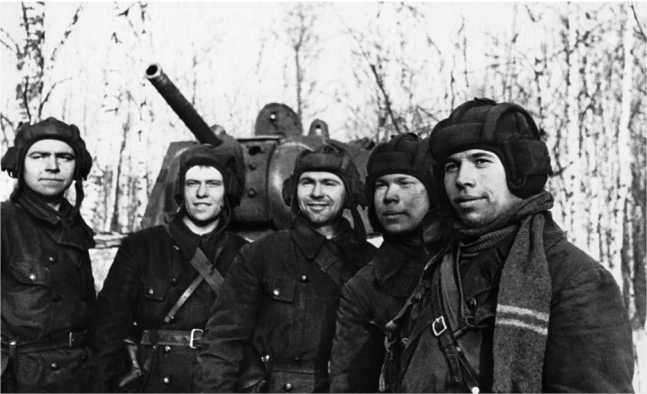 Экипаж танка КВ-1 под командованием лейтенанта Н. Киндера (крайний справа), у своей боевой машины. 17-я танковая бригада, ноябрь 1941 года. 2 декабря экипаж погиб в бою у деревни Селиваниха под Истрой (РГАКФД).