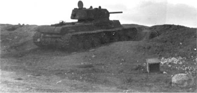 Танк КВ-1, оставленный из-за поломки или отсутствия горючего на подступах к Керчи. Крым, май 1942 года (АСКМ).
