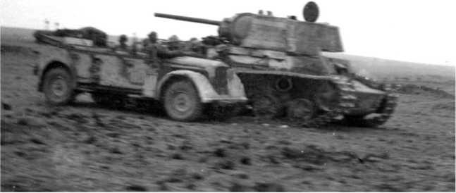Тот же танк, что и на предыдущем фото, снятый с другой стороны. Крым, май 1942 года. На башне танка видна надпись «За Родину» и номер 1/3. (АСКМ).