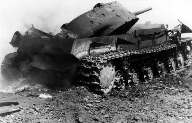 Уничтоженный внутренним взрывом танк КВ-1 (с литой башней). 1942 год. На башне различима надпись: «Смерть немецким оккупантам» (РГАКФД).